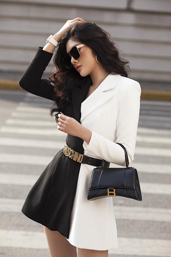 Từn phụ kiện nhỏ như đồng hồ, mắt kính cho đến giày, túi xách đều được chăm chút để mang tới set đồ trắng - đen có bố cục đẹp mắt.
