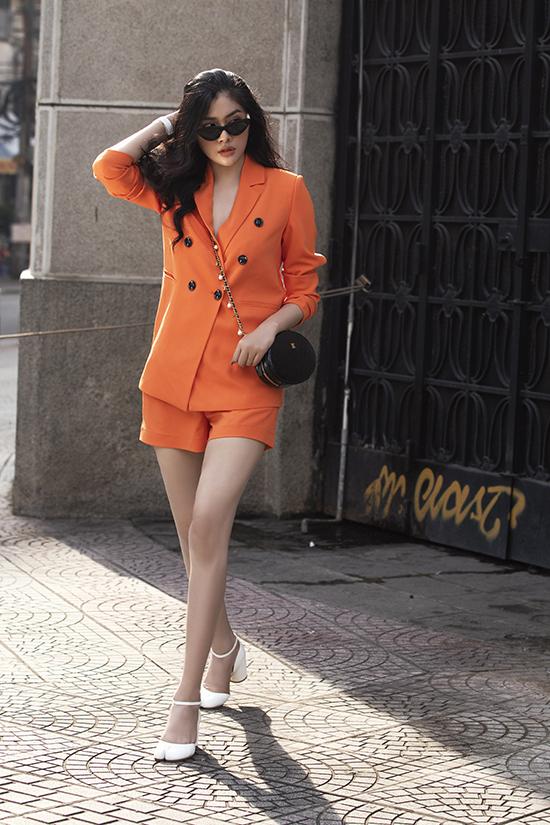 Cùng với sự lên ngôi của gam tím, màu cam nóng bỏng cũng được các tín đồ thời trang thế giới nhiệt tình lăng xê ở mùa mốt năm nay.
