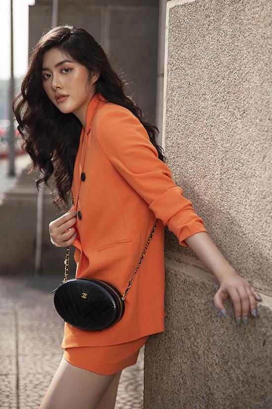 Huỳnh Tiên nổi bật trên phối với set đồ tông cam gồm áo vest, short. Tông trang điểm cũng được chăm chút để mang lại tổng thể hoàn hảo cho người đẹp.
