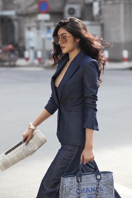 Túi Chanel to bản phối vải tweed và da được Huỳnh Tiên mix-matchhài hòa cùng bộ trangphục phù hợp với mùa thu đông.