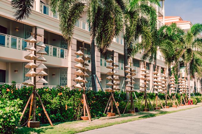 Để siêu đám cưới diễn ra suôn sẻ, ekip đã huy động đội ngũ phục vụ gồm 500 nhân viên, 150 nhân viên trang trí, sự kiện, âm thanh, ánh sáng... Ở lối đi ngoài trời, ekip đã  gắn 120 nón lá Việt Nam lên10 trụ dây đèn để trang trí.