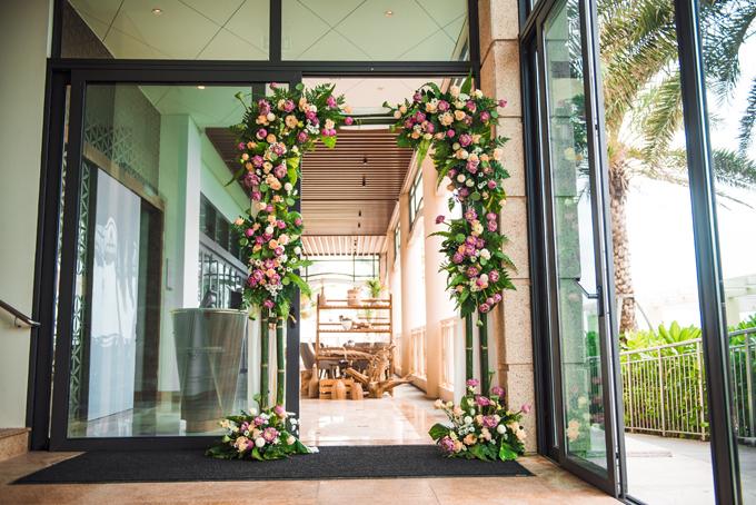 Để đem đến dấu ấn Việt nam trong đám cưới, cổng hoa nơi làm lễ Bhaat được khai thác từ chất liệu tre.