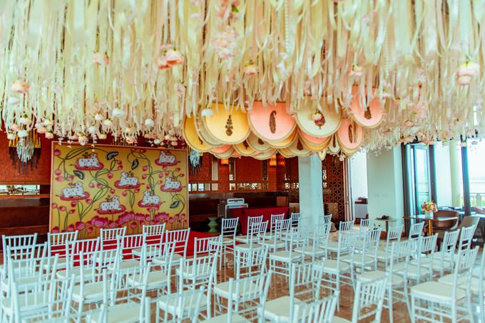 Lễ bhaat của nhà trai diễn ra cùng địa điểm lễ ritual girls. Không gian trần nhà gắn ruy băng, quạt handmade kiểu Ấn Độ được giữ nguyên từ lễ ritual girls ngày đầu tiên.