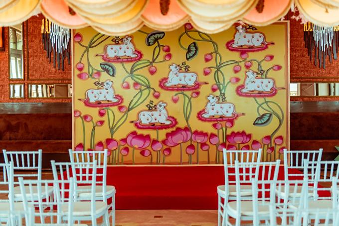 Backdrop sân khấu được thay đổi với họa tiết chú bò vàng trên đóa sen hồng, phù hợp với tập tục thờ Thần Bò của người Ấn Độ. Buổi lễ diễn ra với sự góp mặt của 50 khách mời thân thiết bên nhà trai.