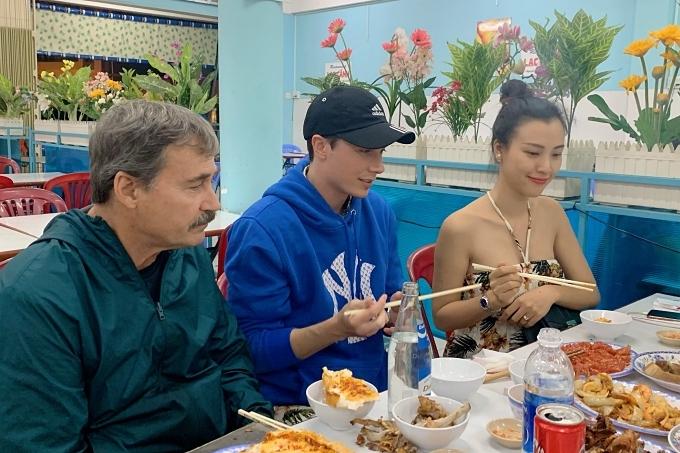 Hoàng Oanh cùng ông xã Jack, bố chồng đi ăn tối hôm 4/12.