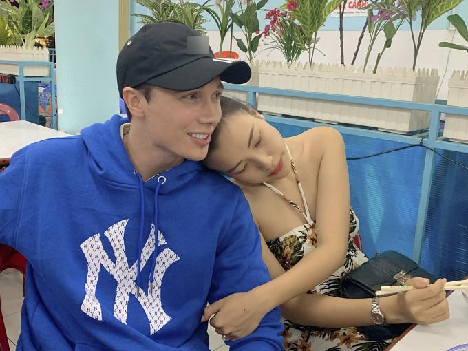 Hoàng Oanh và gia đình có mặt ở Nha Trang từ hôm 4/12. Cô muốn kết hợp công tác đưa ông xã và bố mẹ chồng đi nghỉ dưỡng. Ban đầu, họ dự định đi Phuket (Thái Lan) nhưng khi biết vợ phải làm việc, Jack tôn trọng quyết định.