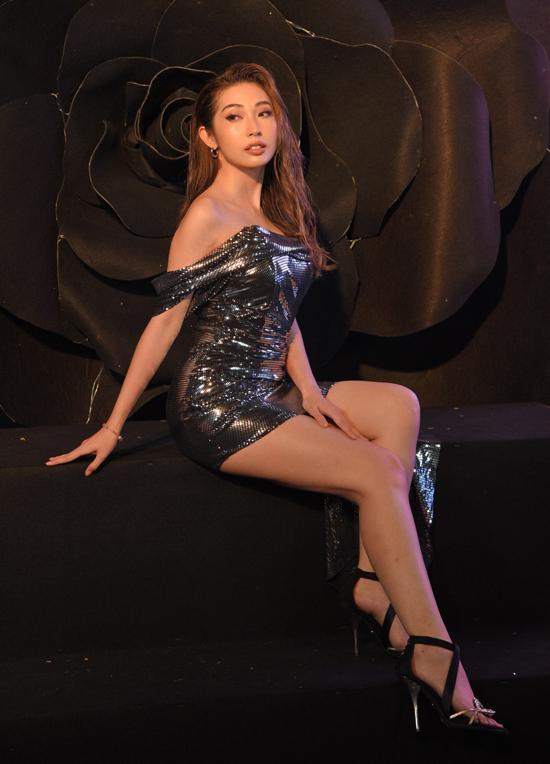 Ca sĩ Khổng Tú Quỳnh mặc cây đen, khoe vai trần gợi cảm.