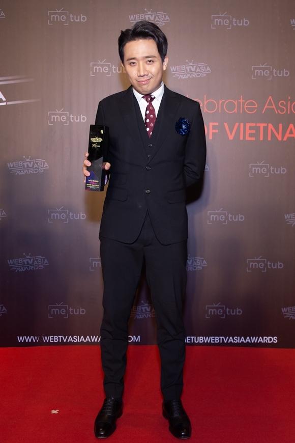 Trấn Thành khoe giải thưởng của WebTVAsia Awards 2019.