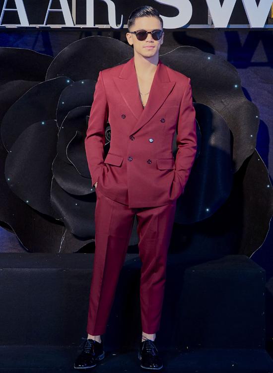 Ca sĩ Trọng Hiếu sành điệu, nổi bật với vest đỏ.