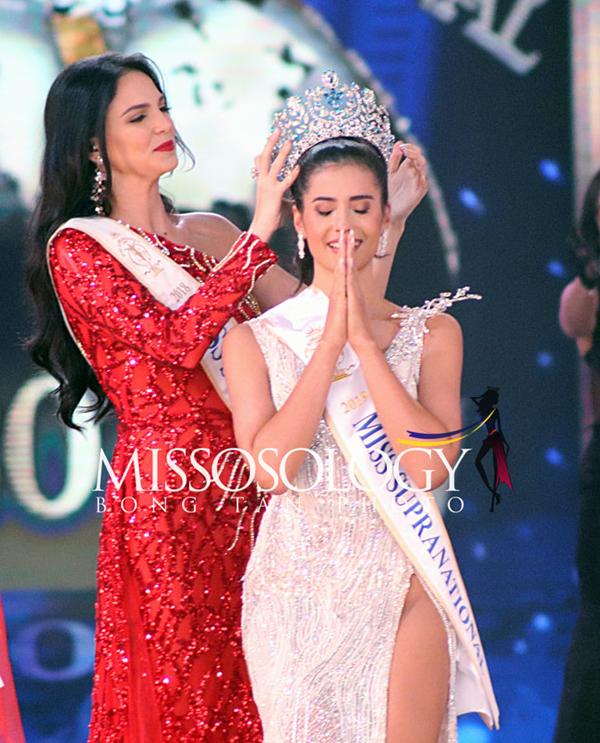 Người đẹp Thái Lan được Hoa hậu Siêu quốc gia 2018 người Puerto Rico trao lại vương miện.