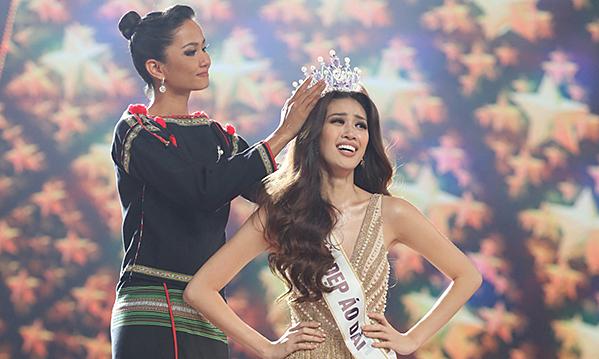 Khánh Vân vỡ oà khi đăng quang hoa hậu