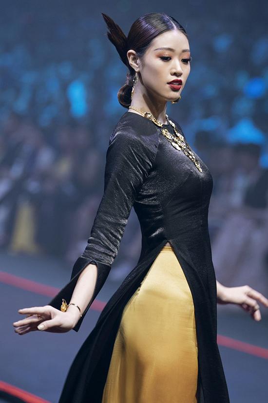 Từ danh hiệu Á khôi 2 Miss Ngôi Sao 2014, Khánh Vân bắt đầu bén duyên với làng mẫu và sàn diễn thời trang.