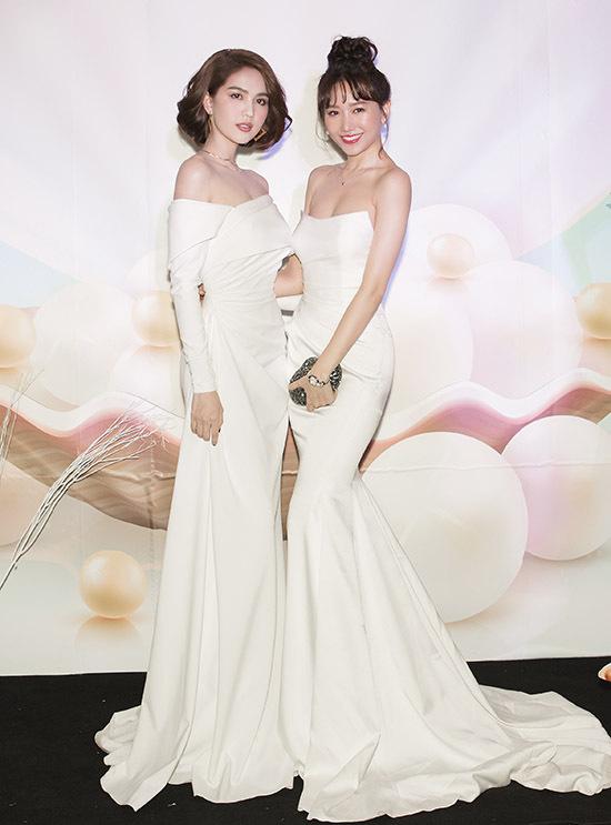 Hari Won đọ nhan sắc với Nữ hoàng nội y. Bà xã của Trấn Thành được mời làm đại sứ thương hiệu chocông ty mỹ phẩm của Ngọc Trinh.