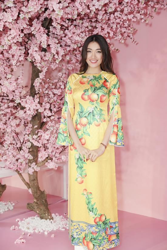 Á hậu Lệ Hằng nổi bật với áo dài tông vàng chanh và họa tiết nhành cây trĩu quả của Adrian Anh Tuấn.