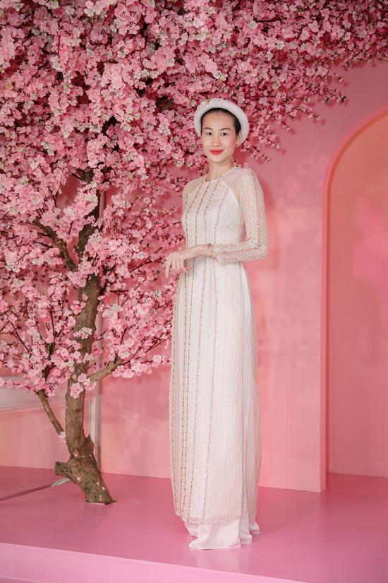Thanh Trúc Trương giúp mình trở nên ấn tượng khi chọn áo dài xuyên thấu, đính kết bắt mắt của Thủy Nguyễn thay vì trang phục in hoa lá như dàn sao.