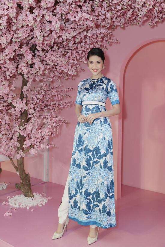 Siểu mẫu Thu Hằng chọn trang phục áo dài cách tân được trang trí họa tiết hoa cúc của nhà thiết kế Adrian Anh Tuấn.