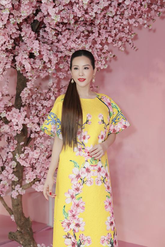 Hoa hậu Thu Hoài trẻ trung trong trang phục áo cách tân phù hợp với mùa xuân phương Nam của Adrian Anh Tuấn