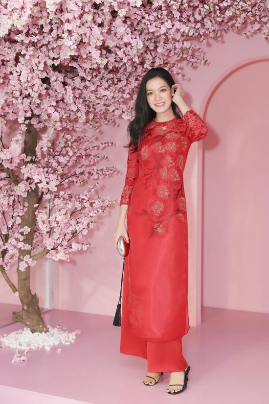 Thùy Dung có dịp hội ngộ dàn người đẹp Việt khi đến dự buổi giới thiệu bộ sưu tập áo dài xuân của các nhà thiết kế đến từ Áo Dài House.