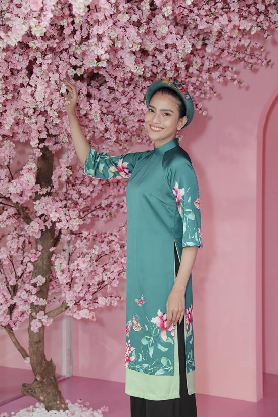 Á hậu Trương Thị May duyên dáng như nàng thơ xuân trong thiết kế áo dài của NTK Thuỷ Nguyễn