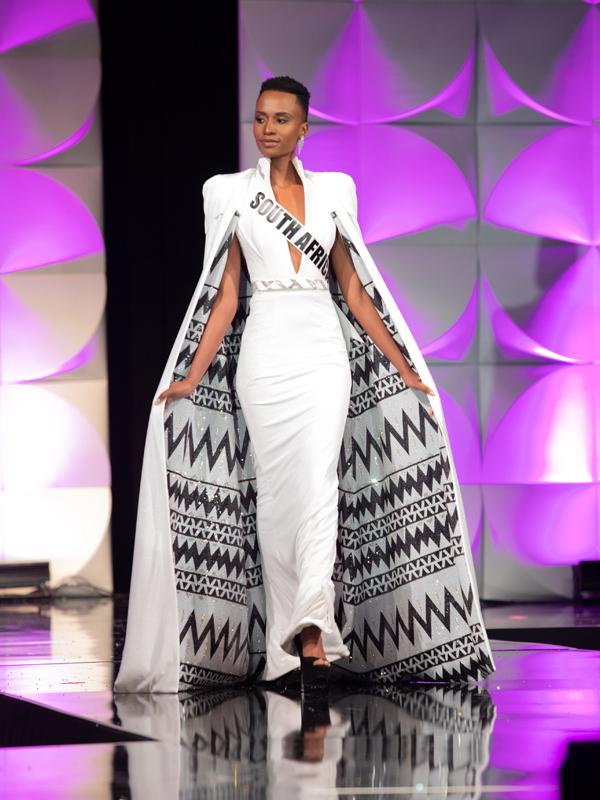 Người đẹp Nam Phi kiêu sa trong đêm thi bán kết hôm 6/12. Trong khi các thí sinh khác chọn đầm gợi cảm, cô diện váy áo sang trọng, sải bước kiêu hãnh như một nữ hoàng.