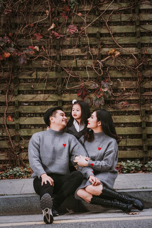 Trở ngại mà gia đình gặp phải khi chụp hình là con gái Queenie còn bé, hay tùy hứng. Khi vui thì con rất hào hứng chụp hình, còn lúc ham chơi thì không chịu chụp ảnh với ba mẹ, Vân Trang kể.
