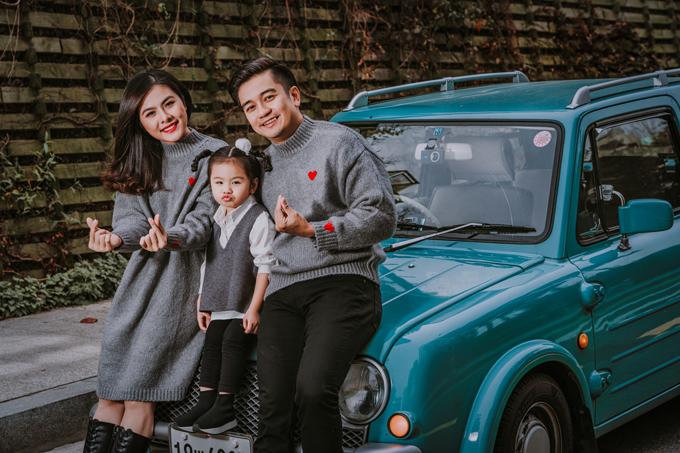 Trong những ngày cuối của chuyến du lịch theo lời mời của Tổng Cục Du lịch Hàn Quốc, gia đình Vân Trang diện đồ ton-sur-ton, dạo chơi thành phố Seoul trên chiếc xe cổ.