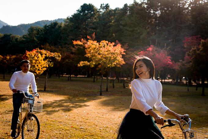 Chúng tôi đã có 2 ngày vui đùa bên nhau ở Hàn Quốc. Cảnh đạp xe ở đảo Nami như khiến vợ chồng tôi được quay lại tuổi học trò, nữ diễn viên chia sẻ.