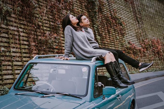 Do đây là xe cổ nên khó chạy, thường xuyên tắt máy giữa đường. Rất may là chồng Vân Trang có khả năng lái xe tốt nên mới có thể điều khiển được xe tới địa điểm chụp hình đã định, nhiếp ảnh gia kể.