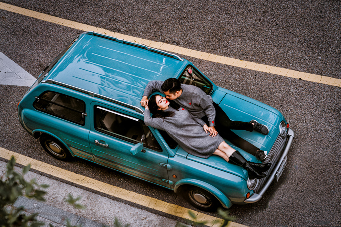 Ý tưởng chụp hình với xe cổ đến từ nhiếp ảnh gia Sam Nguyễn. Anh muốn đem chút cổ điển vào bộ ảnh mang phong cách đời thường của gia đình Vân Trang. Đây là chiếc xe được tôi mượn từ một người bạn Hàn Quốc thích sưu tầm xe cổ.Mẫu xe này rất hiếm,cả Hàn Quốc chỉ có 2 chiếc, nhiếp ảnh gia chia sẻ.