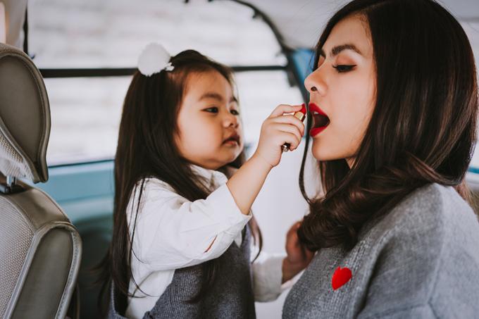 Nhiếp ảnh gia bắt được khoảnh khắc con gái làm điệu cho mẹ Vân Trang.