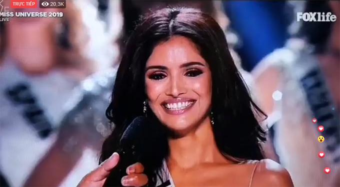 Người đẹp Ấn Độ hạnh phúc khi được xướng tên. Cô là một trong 5 thí sinh của châu Á vào Top 20.