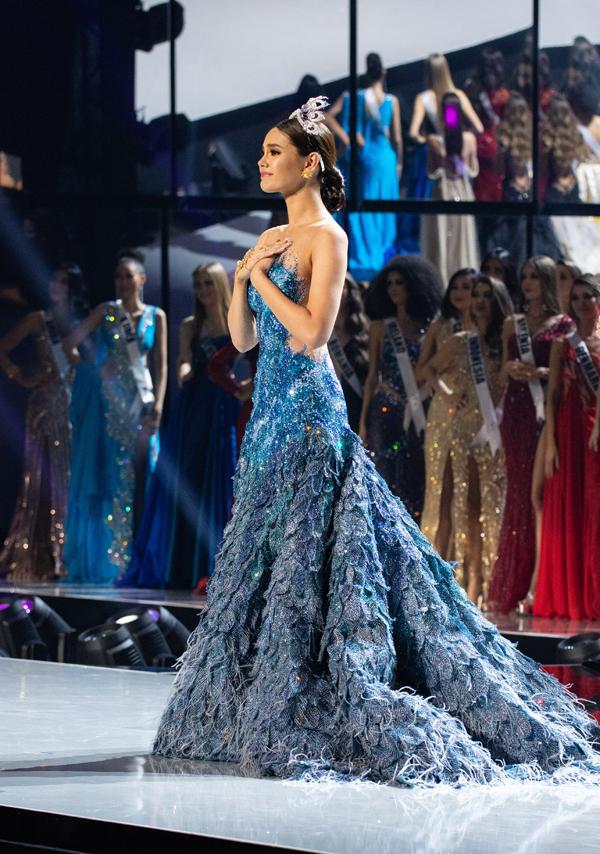 Hoa hậu Hoàn vũ 2018 gửi lời cảm ơn người dân Philippines và khán giả trong một năm qua đã luôn tin tưởng, ủng hộ cô trên cương vị hoa hậu. Catriona từng được gọi là người dân Philippines yêu mến gọi là nữ hoàng. Với tài sắc vẹn toàn, người đẹp đã mang về vương miện Miss Universe lần thứ tư cho quốc gia vào năm ngoái.