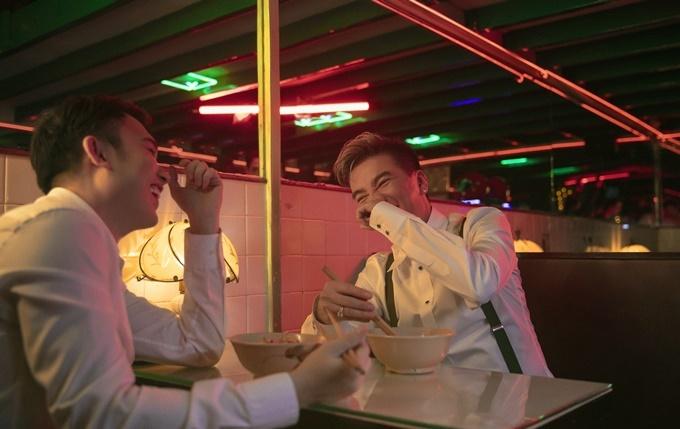 Hai người cùng ăn mỳ và chuyện trò vui vẻ, mô phỏng một số cảnh trong bộ phim gốc.