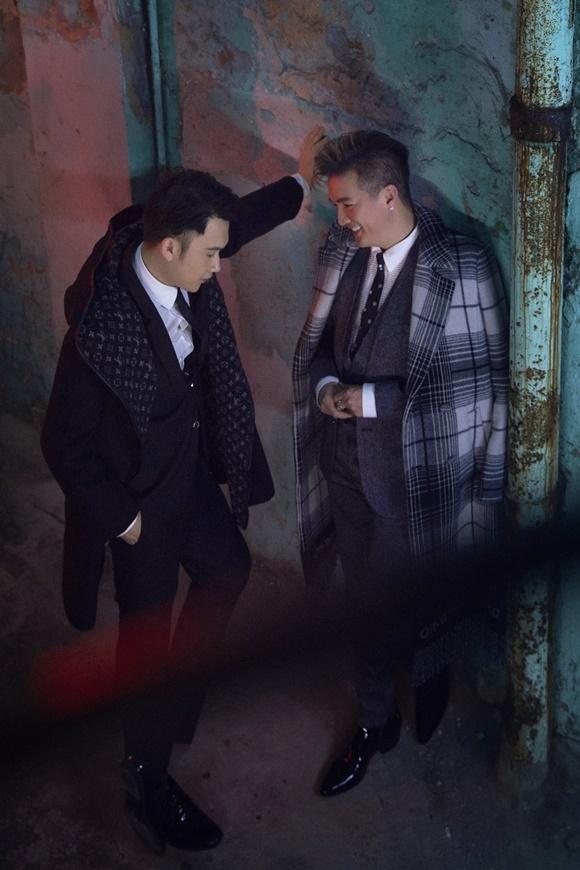 Hình ảnh hai người đứng trong một con hẻm dưới ánh đèn neon mờ ảo lấy cảm hứng từ hình ảnh lặp đi lặp lại trong những gặp gỡ, hẹn hò của hai nhân vật chính trong phim.