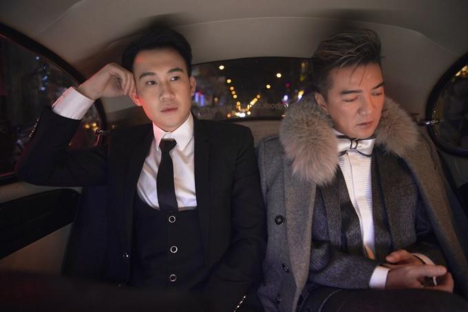 Hình ảnh hai người lặng lẽ ngồi bên nhau trong xe hơi cũng là một chi tiết thể hiện cuộc tình nhiều ngang trái trong Tâm trạng khi yêu.