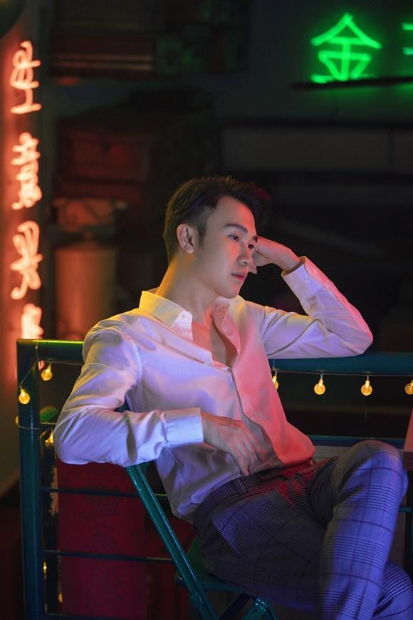 Bộ ảnh này là một phần trong cuốn sách ảnh Thiên nhược hữu tình mà Dương Triệu Vũ dự kiến phát hành ngày 1/1/2020, nhằm đúng sinh nhật của nam ca sĩ. Đàm Vĩnh Hưng là khách mời đầu tiên được hé lộ trong dự án này.