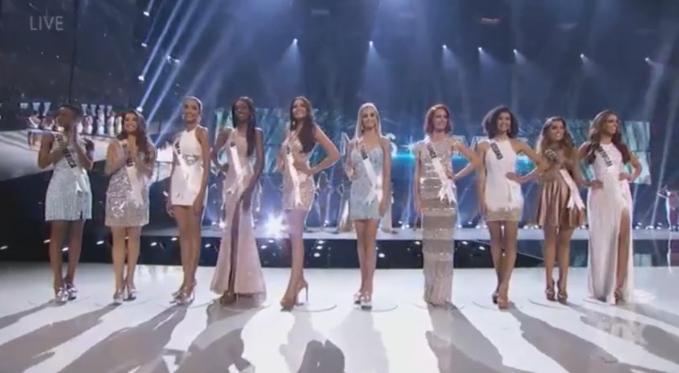 Hoàng Thùy (thứ ba từ trái sang) bên các thí sinh vào Top 20.