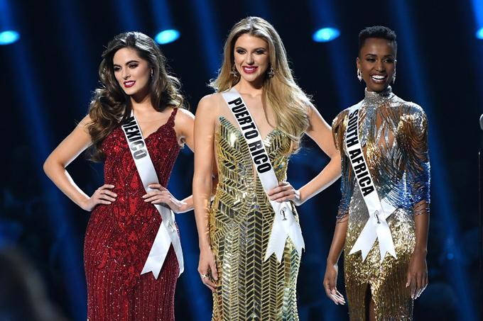 Cô gái Nam Phi rạng rỡ khi được xướng tên vào Top 3 cùng đại diện của Mexico và Puerto Rico. Dù luôn tự tin, ở Zozibini vẫn luôn toát lên vẻ mộc mạc, chân thành.