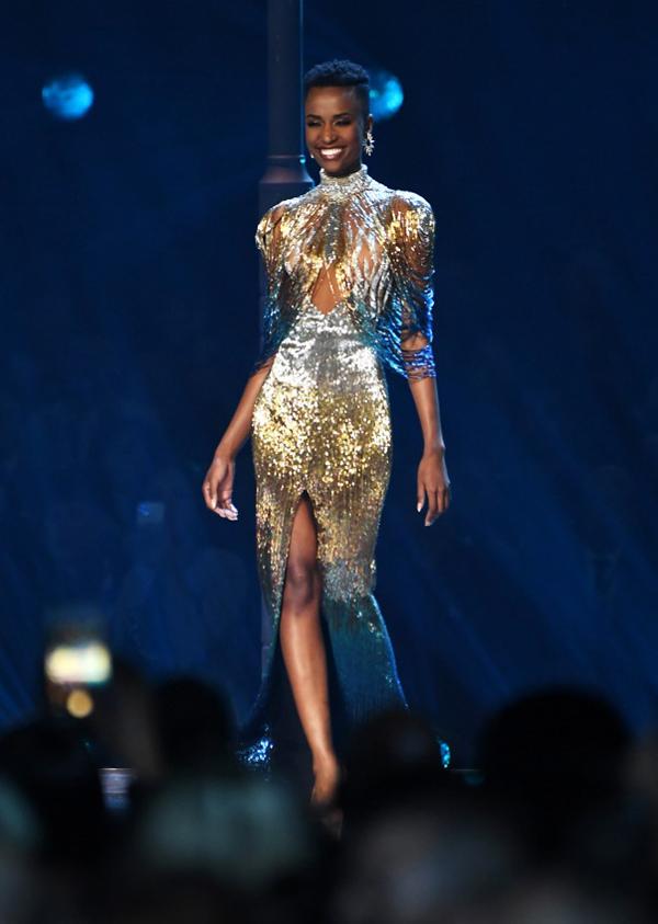 Trong đêm chung kết, Zozibini tỏa sáng với váy đính kim sa.