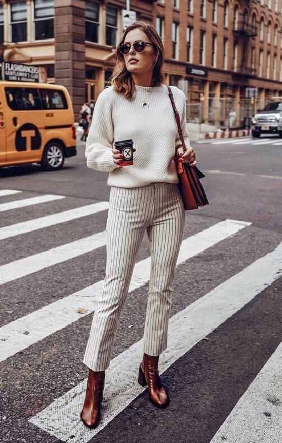 Set đồ đơn giản cho các nàng công sở bận rộn với cách mix áo len cùng quần ống đứng kẻ sọc. Phụ kiện đi kèm là bốt cổ thấp ton-sur-ton cùng túi đeo vai.