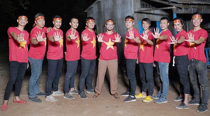 11 nam diễn viên của Lật mặt: 48h chụp ảnh kỷ niệm với áo cờ đỏ sao vàng trên phim trường.