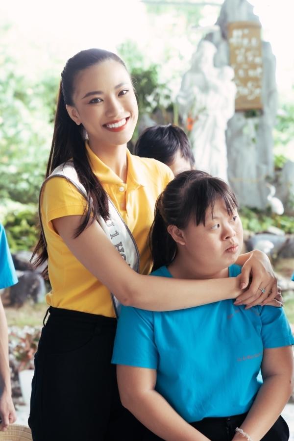 Á hậu 1 - Kim Duyên đến từ Cần Thơ. Cô năm nay 24 tuổi, từng thi Hoa khôi Áo dài 2014, Hoa hậu Việt Nam 2016 nhưng không đoạt kết quả cao.