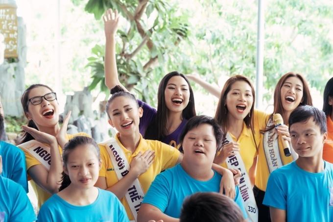 Đoàn còn có sự tham gia của các người đẹp đoạt giải cao trong cuộc thi. Họ cùng nhau giao lưu văn nghệ, khiến không khí trở nên gần gũi và ấm áp hơn.