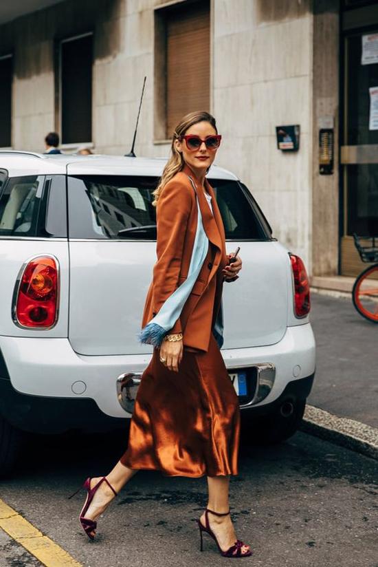 Diện tông trầm ấm áp nhưng các nàng văn phòng vẫn có thể giúp mình nổi bật khi chọn chân váy lụa ánh đồng bắt mắt. Sử dụng thêm các kiểu khăn lụa, sandal hay giày nhung sẽ khiến phái đẹp trở nên cuốn hút hơn.