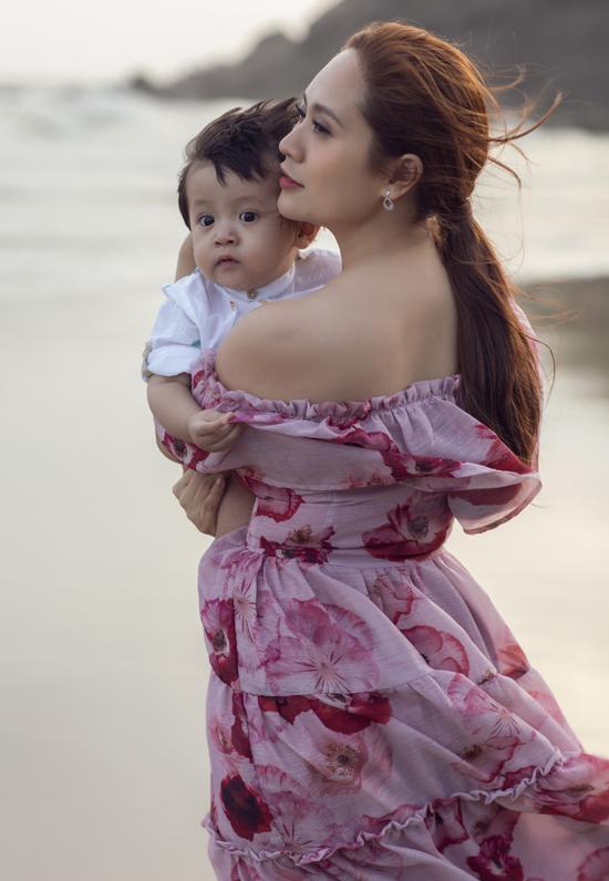 Nữ diễn viên khoe vai trần khi bế con trai út dạo biển Vũng Tàu.