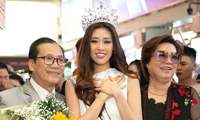 Hoa hậu Khánh Vân khóc gặp lại bố mẹ