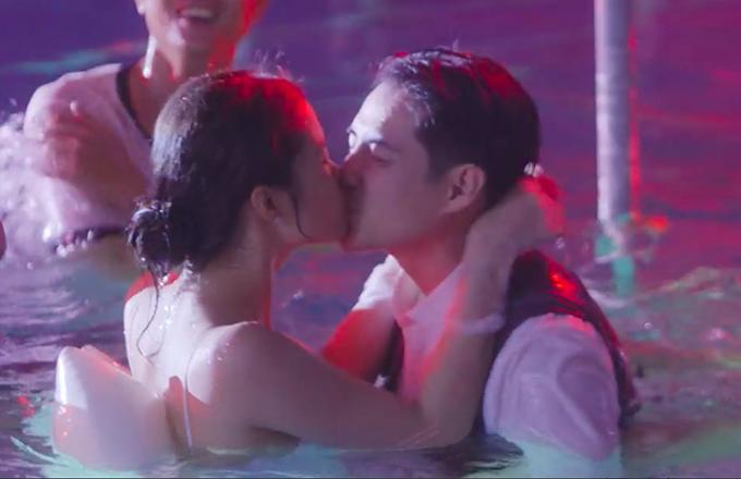 Vợ chồng Đông Nhi - Cao Thắng hôn nhau dưới hồ bơi.