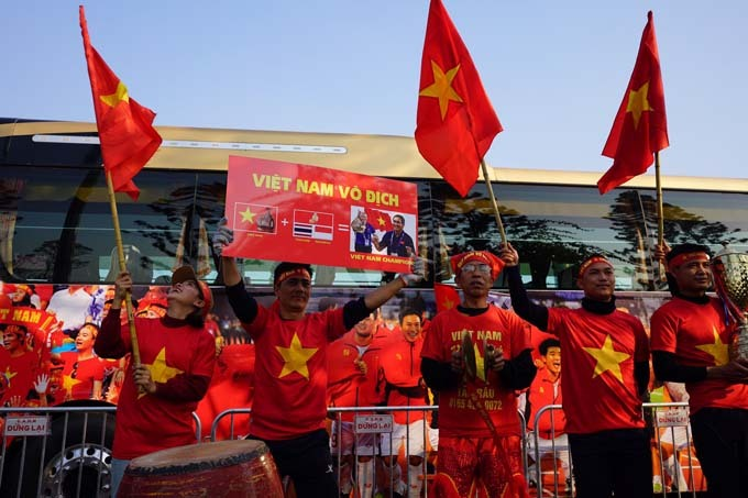 Từ sớm rất đông các CĐV đã có mặt trước cổng VIP để chào đón những người hùng trở về.