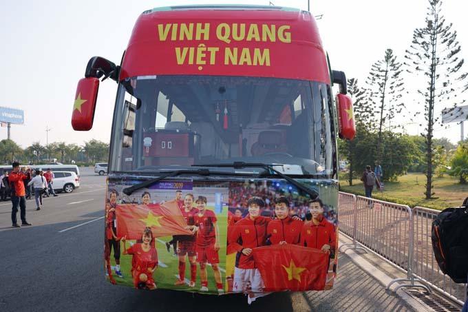 CĐV lái cả dàn máy cày đi đón U22 Việt Nam và tuyển nữ - 1