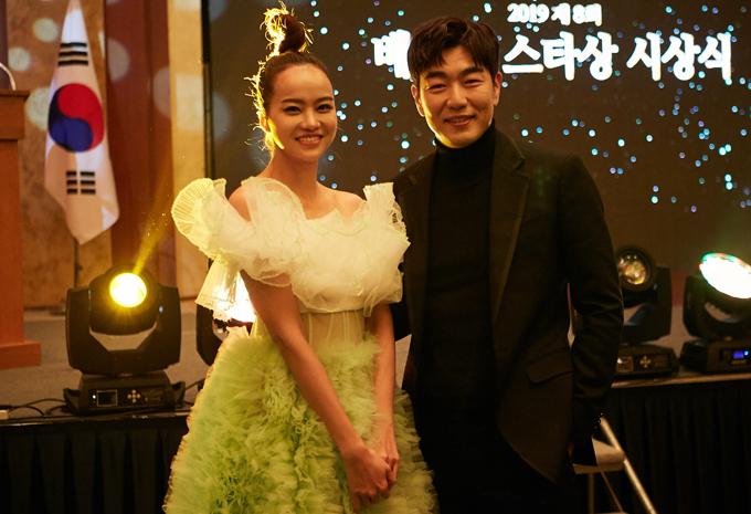 [Caption]Cô đặc biệt gây ấn tượng mạnh mẽ với tài tử Phẩm chất quý ông Lee Jong Hyuk. Trò chuyện thoải mái bằng tiếng Anh, Kiều Ngân nhận được nhiều lời khen từ Lee Jong Hyuk với vẻ ngoài xinh đẹp, rạng rỡ. Cô cũng khiến nam diễn viên bất ngờ khi tiết lộ rất mê vai diễn Jung Rok của anh trong phim Phẩm chất quý ông từng làm mưa làm gió tại Hàn Quốc và các nước châu Á.